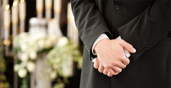 Eine Checkliste für die Beerdigung kann dabei weiterhelfen, nichts wichtiges zu vergessen.
