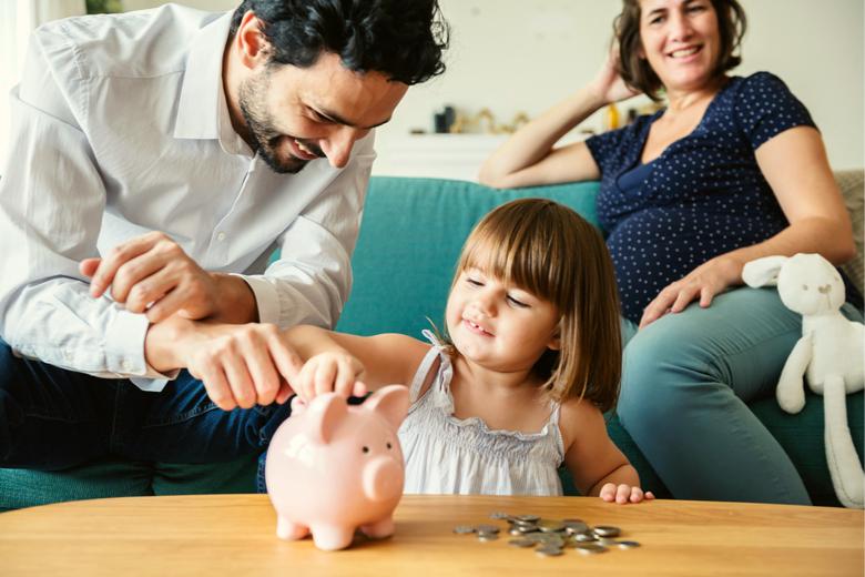 Familie spart mit Sparschwein
