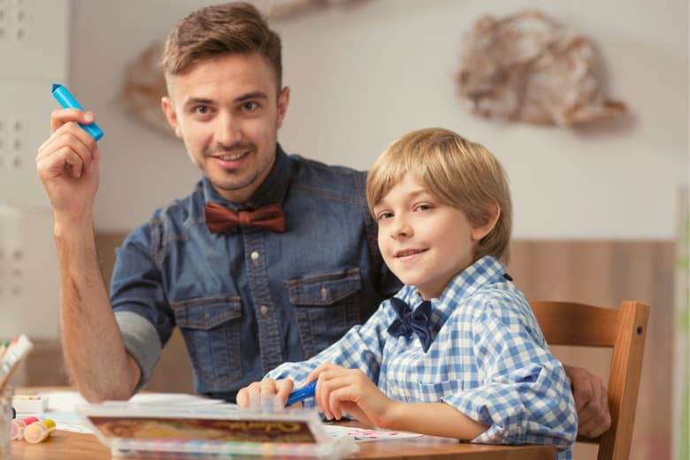 Babysitter und Kind malen gemeinsam