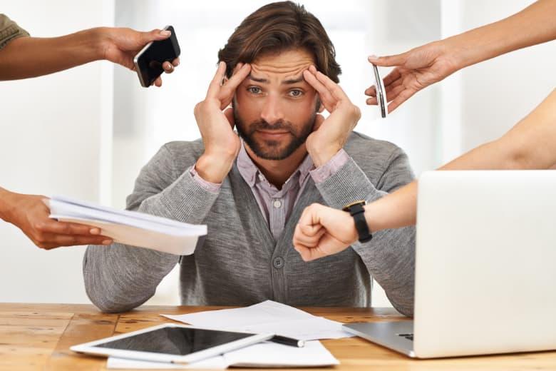 gestresster Mann bei der Arbeit