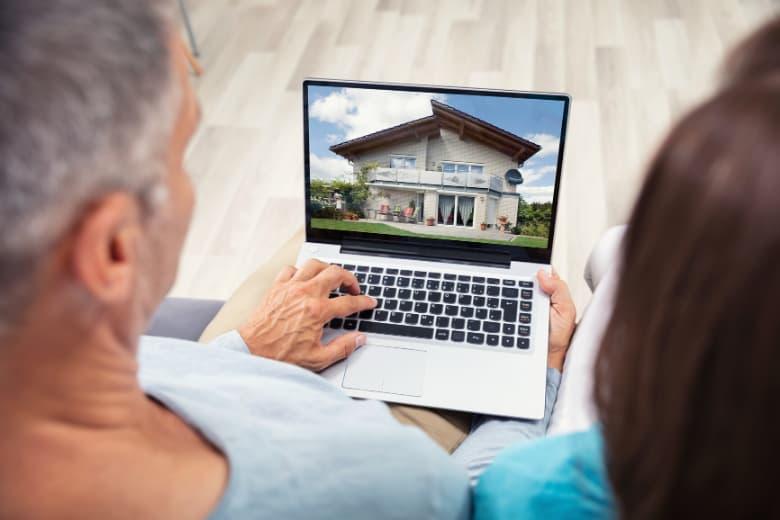Ehepaar sieht sich Häuser im Internet an