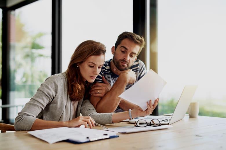 Ehepaar füllt Formulare für Adoption aus