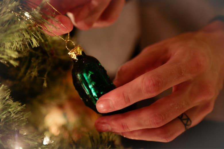 Weihnachtsgurke am Christbaum