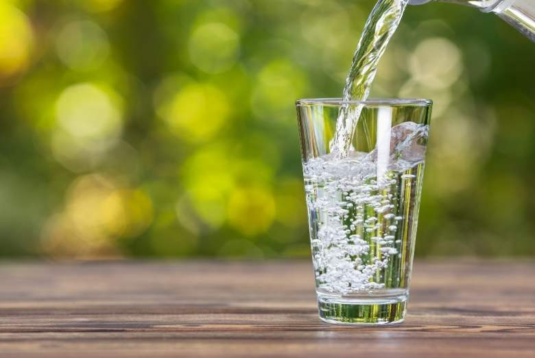 Ein Glas Wasser eingießen