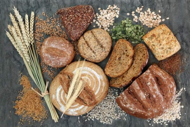verschiedene Brotsorten und Getreide