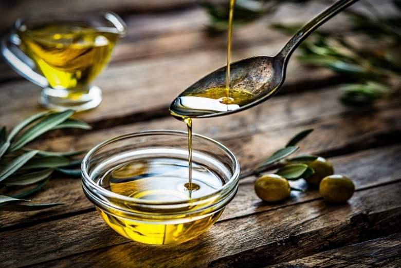 Schälchen mit Olivenöl