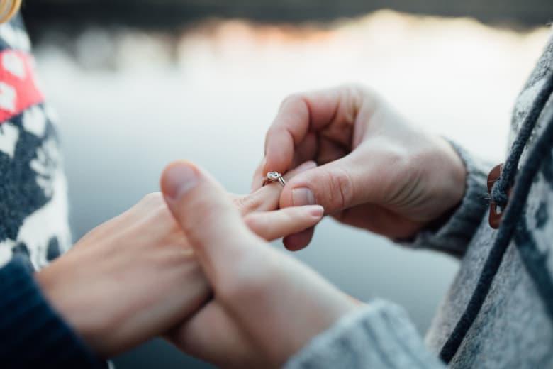 Verlobungsring bei Heiratsantrag anstecken