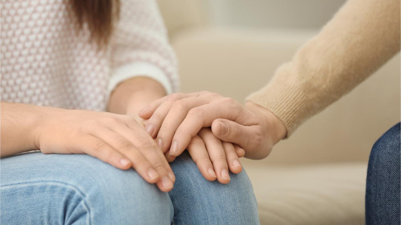 Auch persönliche Beileidsbekundungen können auf einer Trauerkarte Platz finden.