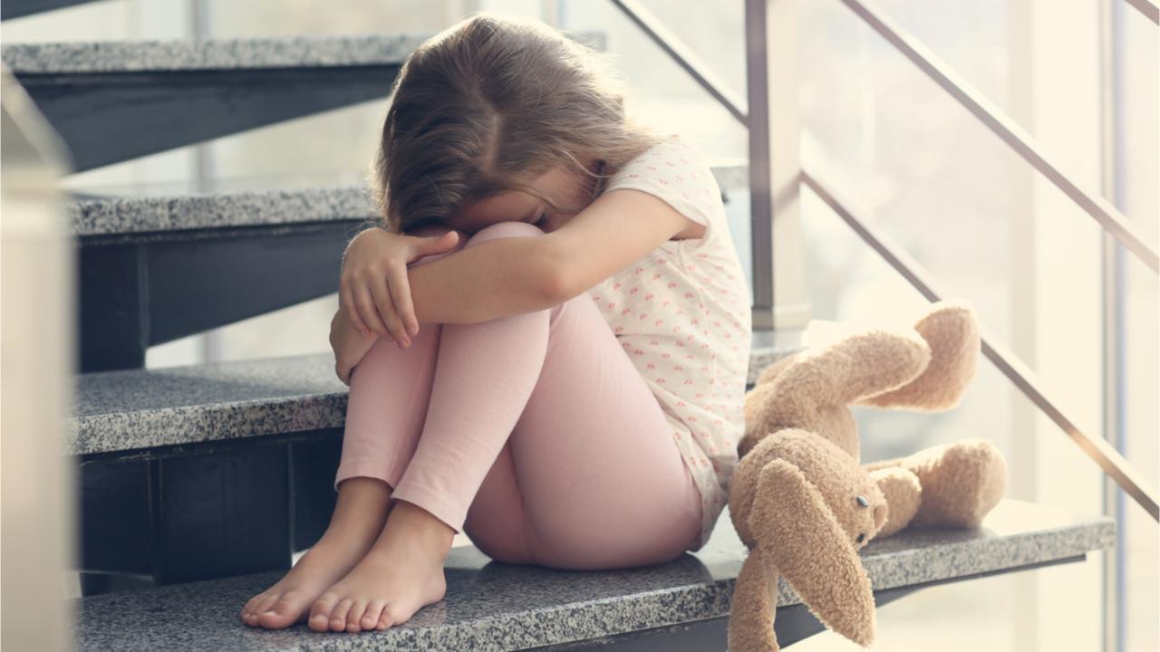 Das Kinder trauern kann sich in vielen verschiedenen Verhaltensweisen ausdrücken.