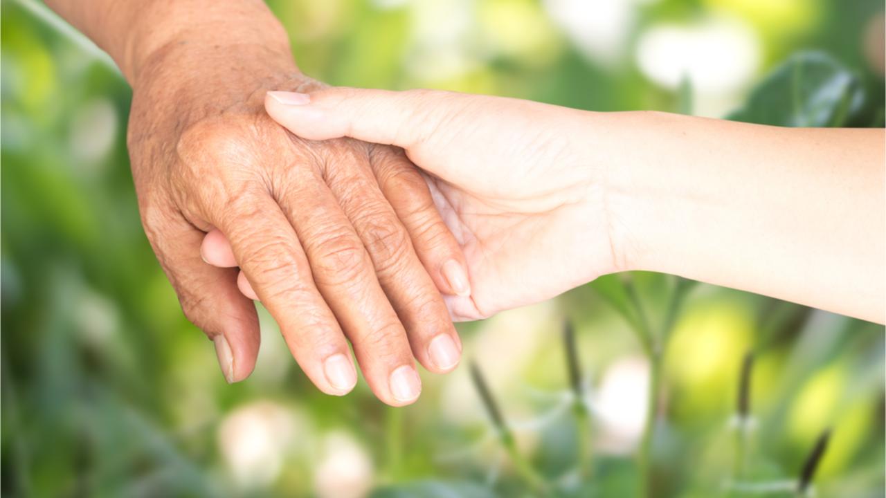 Damit die Pflege und die liebevolle Betreuung naher Angehöriger nicht zur extremen Belastung werden, gibt es zahlreiche Gesetze, die zur Entlastung beitragen.