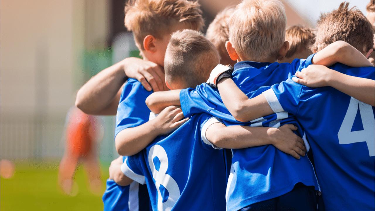 Mannschaftssport fördert die soziale Kompetenz der Kinder.