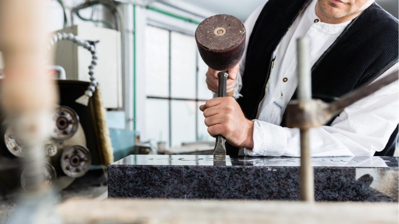 Der Steinmetz kann den QR-Code in den Grabstein einarbeiten.
