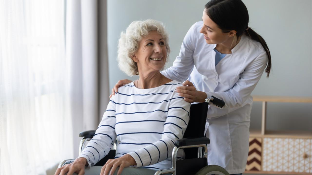 Im Alter steigen zumeist die medizinischen Kosten.